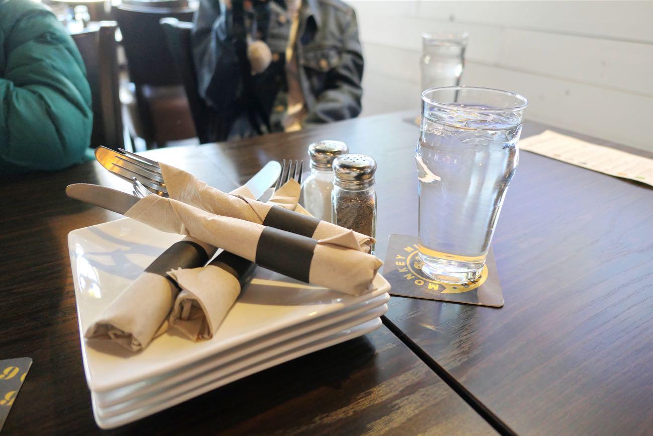 テーブルの上にあるお皿とフォーク・ナイフ