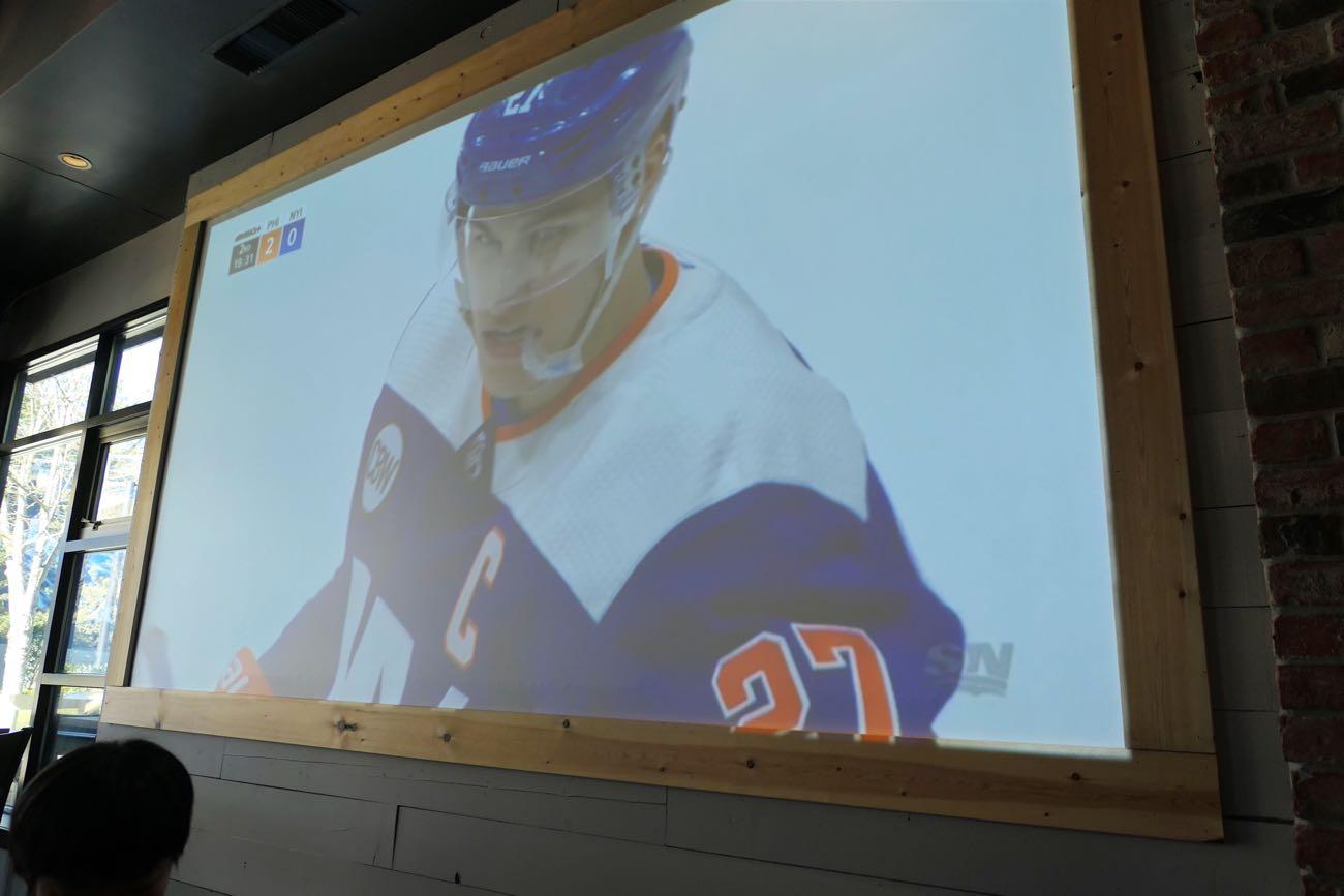 壁には大きなテレビがありスポーツ中継
