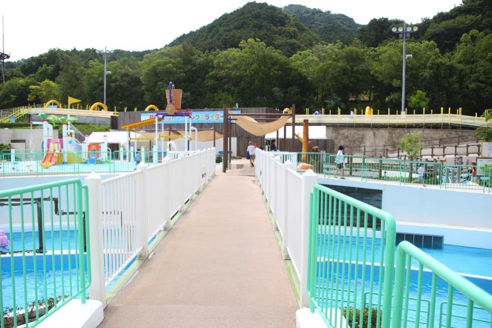 プール内にある橋
