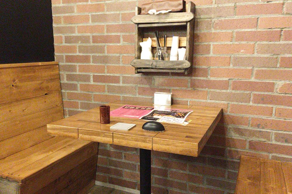 SAMA川沿店のテーブル