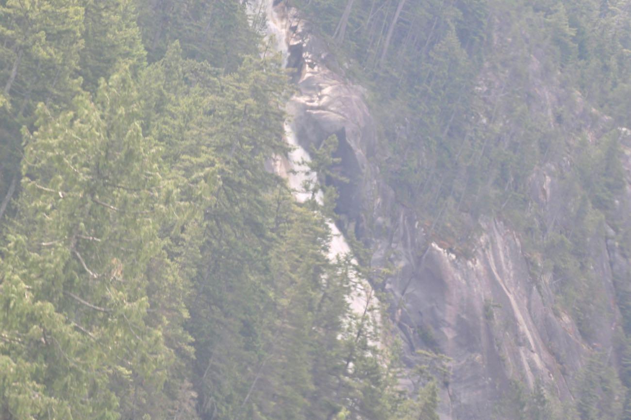 ゴンドラの中から右手側に滝が見えました!