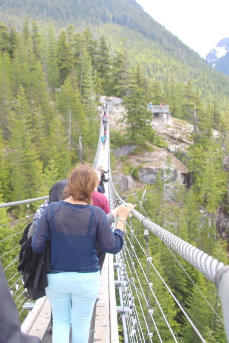 吊橋を渡っているところ