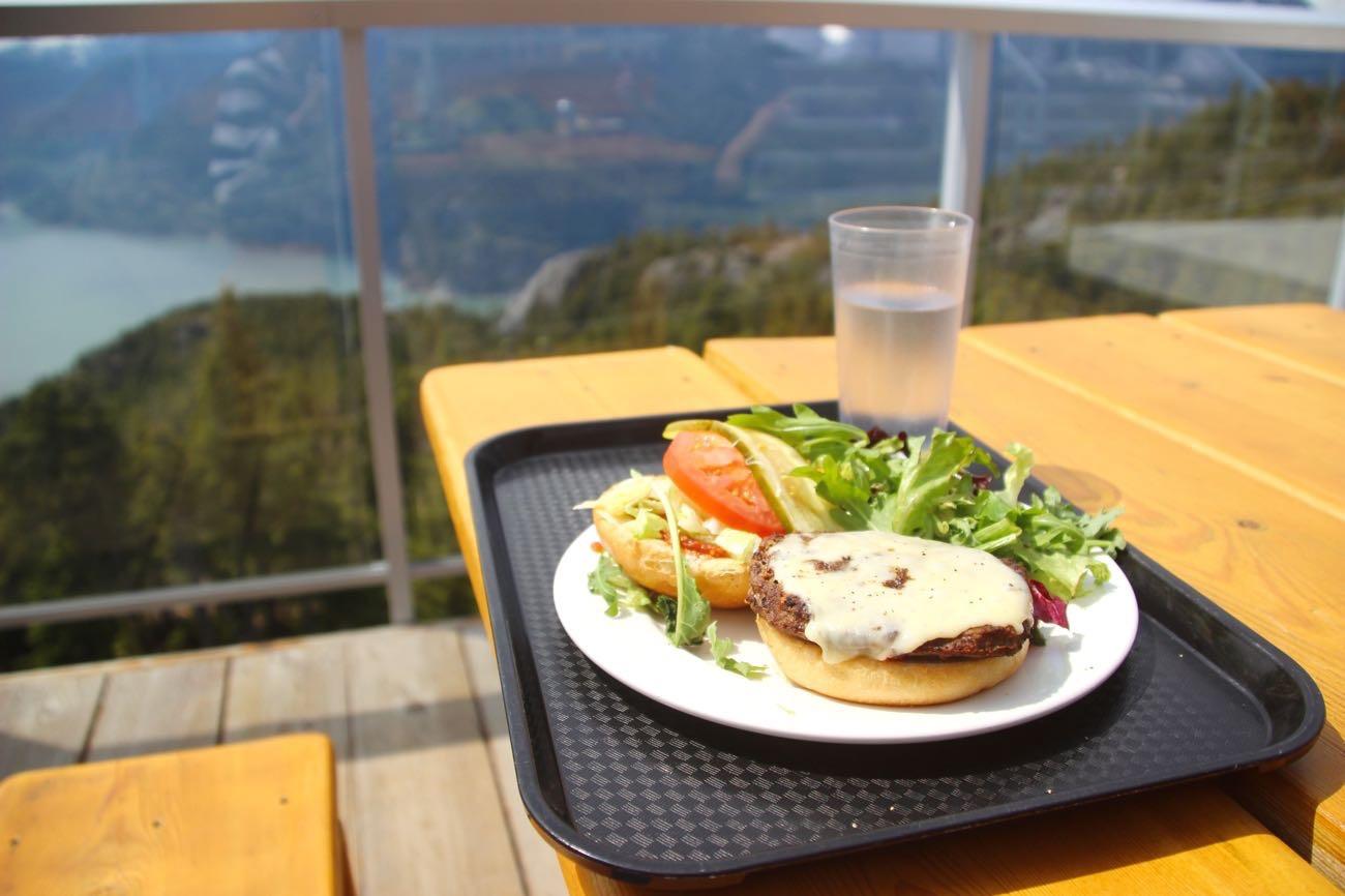 景色のいいテラスでハンバーガーを食べる