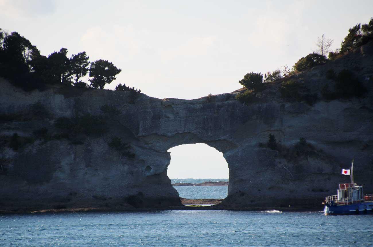 円月島の穴は波による海蝕洞
