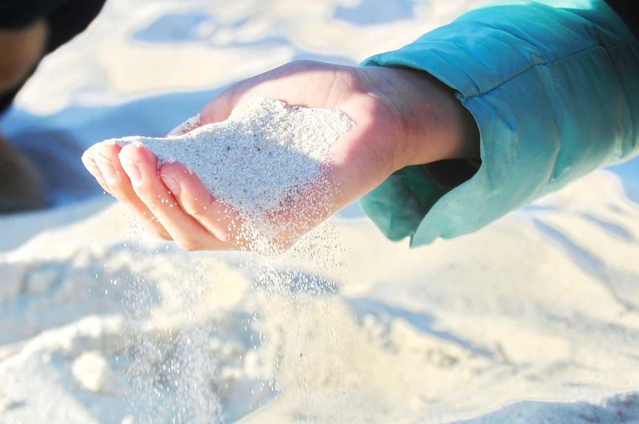手で砂を持ってみた