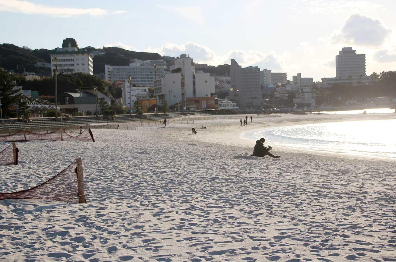 真っ白な砂浜が魅力の白良浜