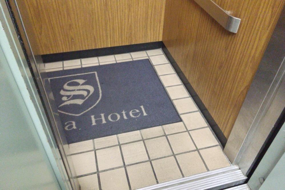 エレベーターの床がタイル