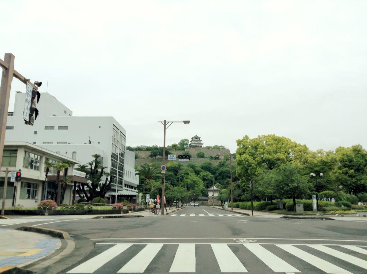 丸亀城を見上げることができる