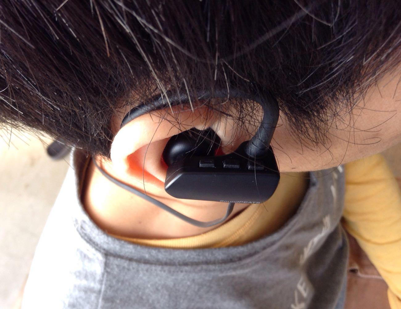 右耳側にリモコンが3つ。【 1 】音量を小さく/前のトラック 【 2 】メインボタン 【 3 】音量を大きく/次のトラック