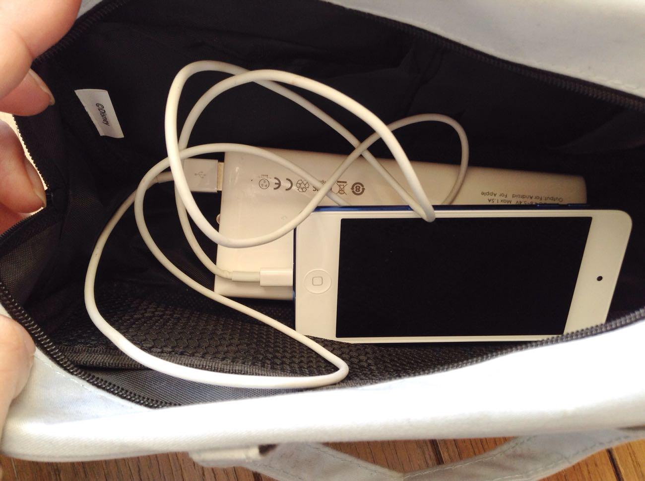 バッグの中が充電コードで大変なことに