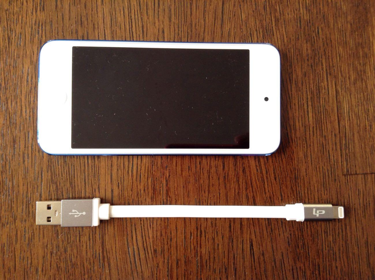 iPod touchと比べるとちょっとライトニングケーブルの方が長いです