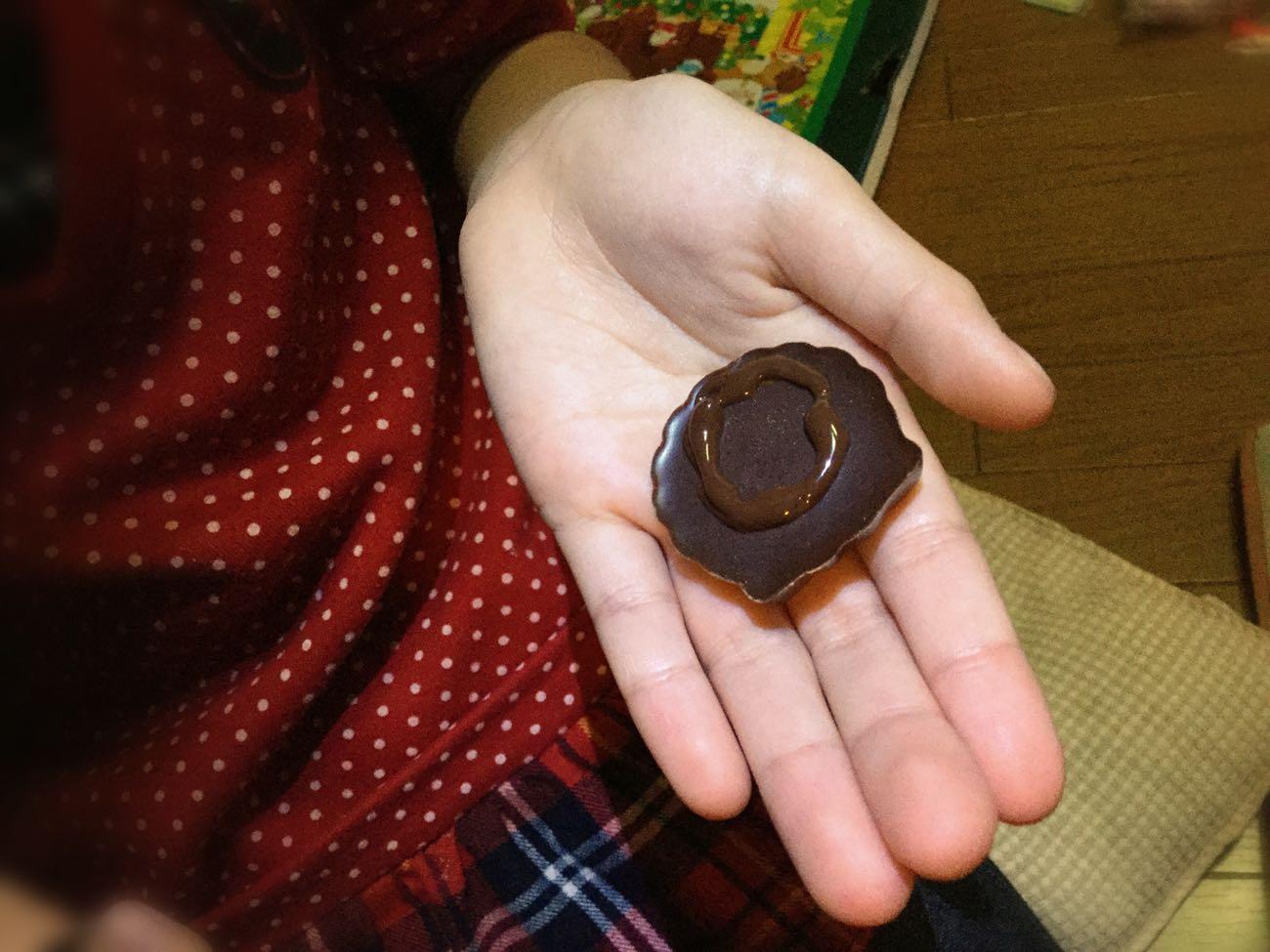 チョコのリースをチョコペンで接着