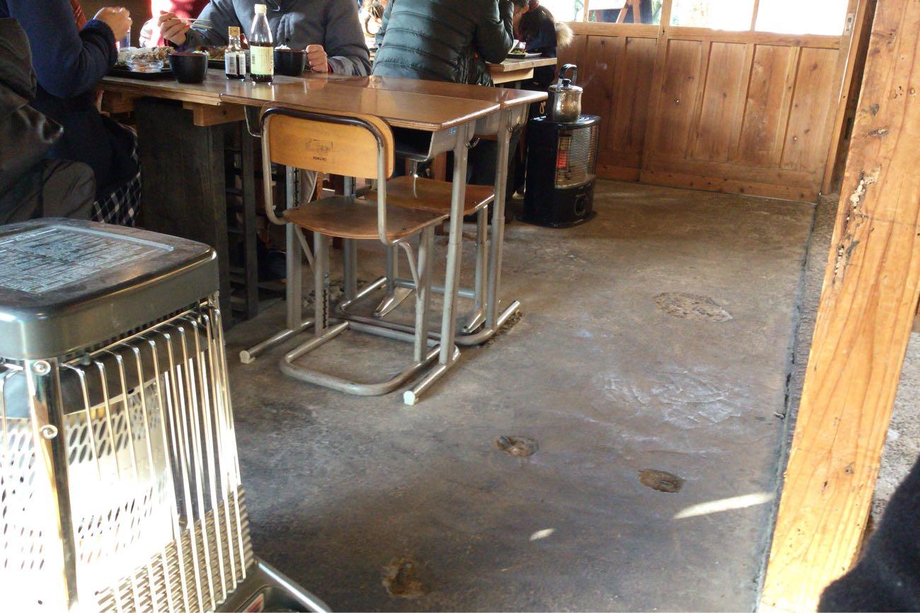 懐かしい学校の机と椅子