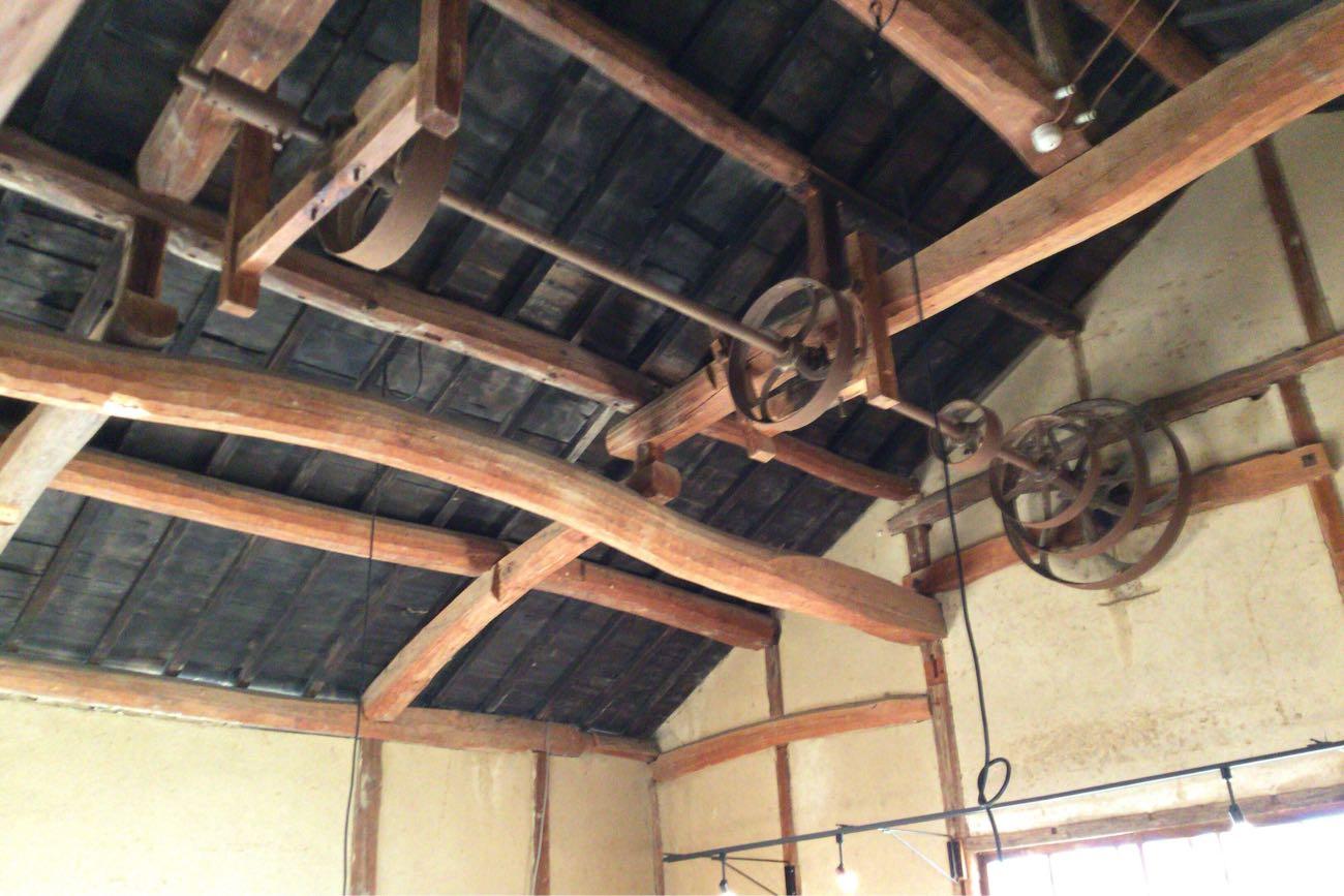 天井は高くてなんか歯車みたいなのがある
