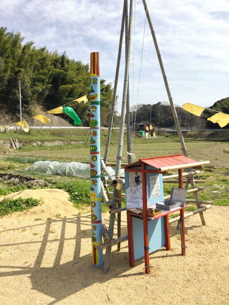 竹アートの横には手作りのトーテムポールも!