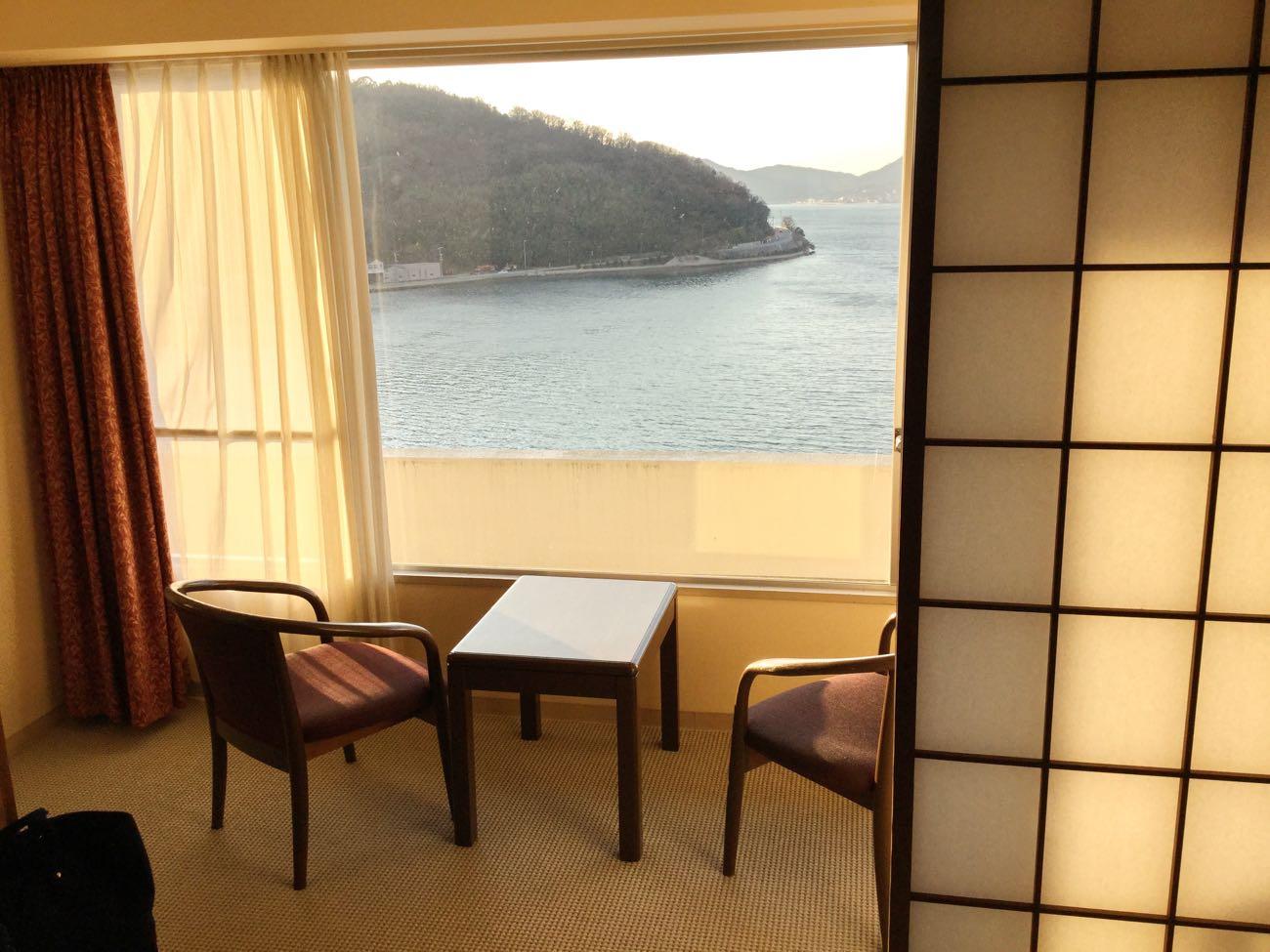 障子の向こう側の窓から見えるのは海!