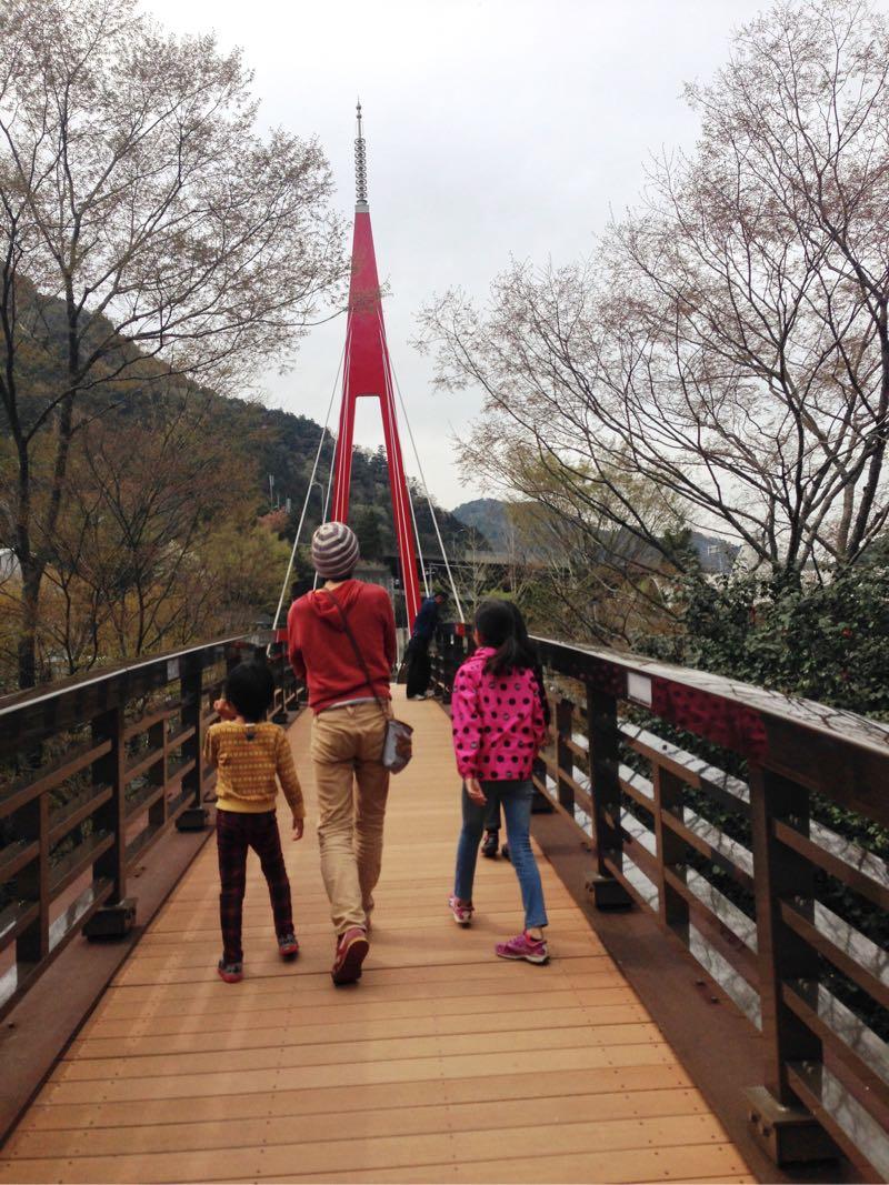 道の駅新宮から橋を渡ります