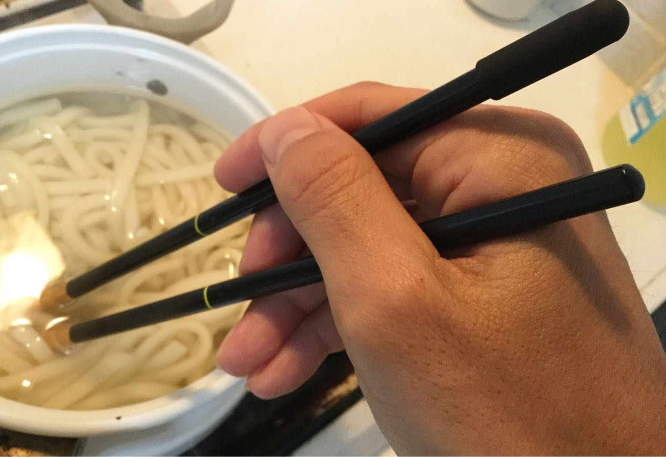 菜箸として使う: うどんを取る