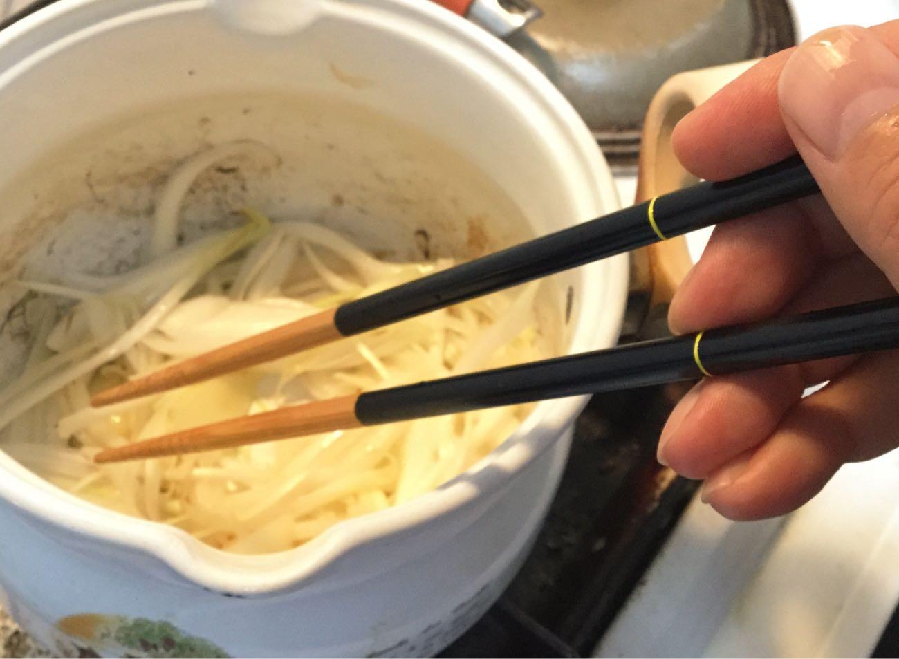 菜箸として使う: 牛丼の玉ねぎを炒める