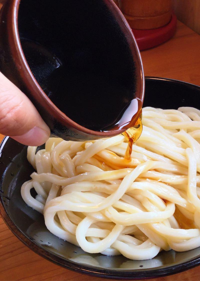 ぶっかけ出汁を麺にかける