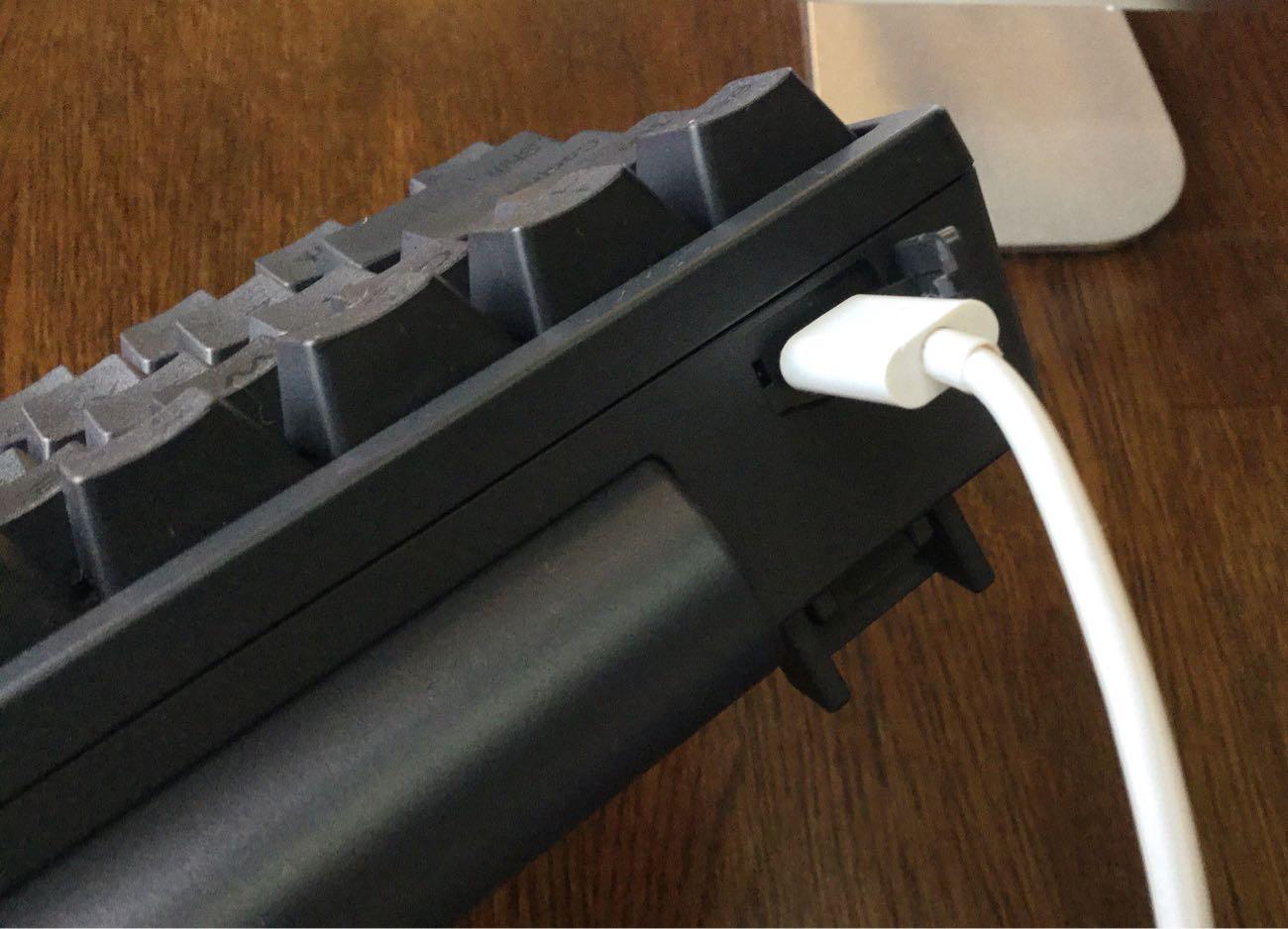 USB micro-Bコネクタがあれば電池が切れてもオッケー
