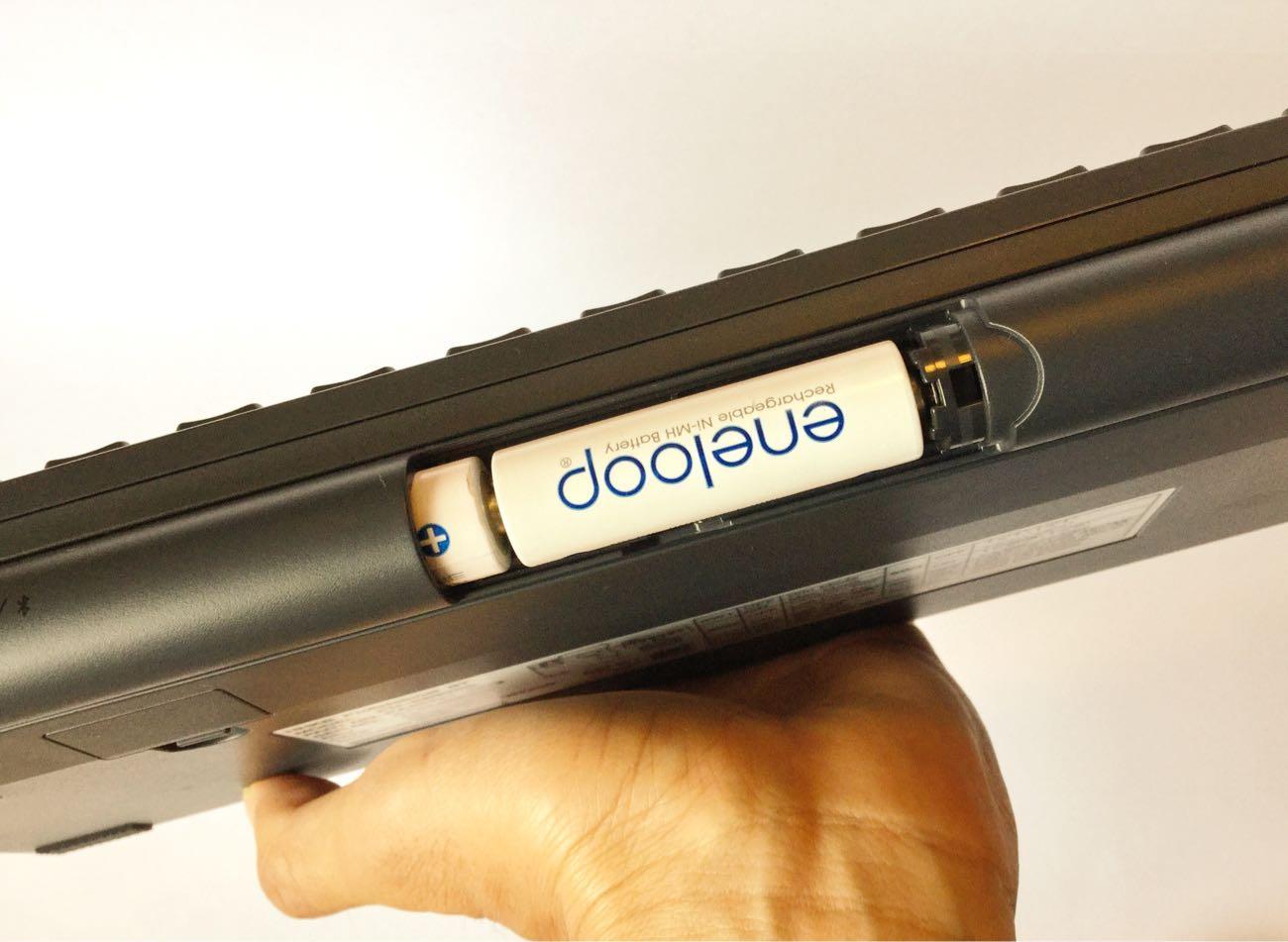 電池は上側に単三電池を2個入れます