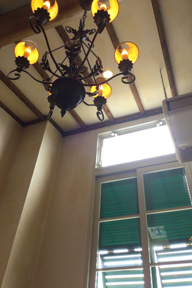 長い窓とライト