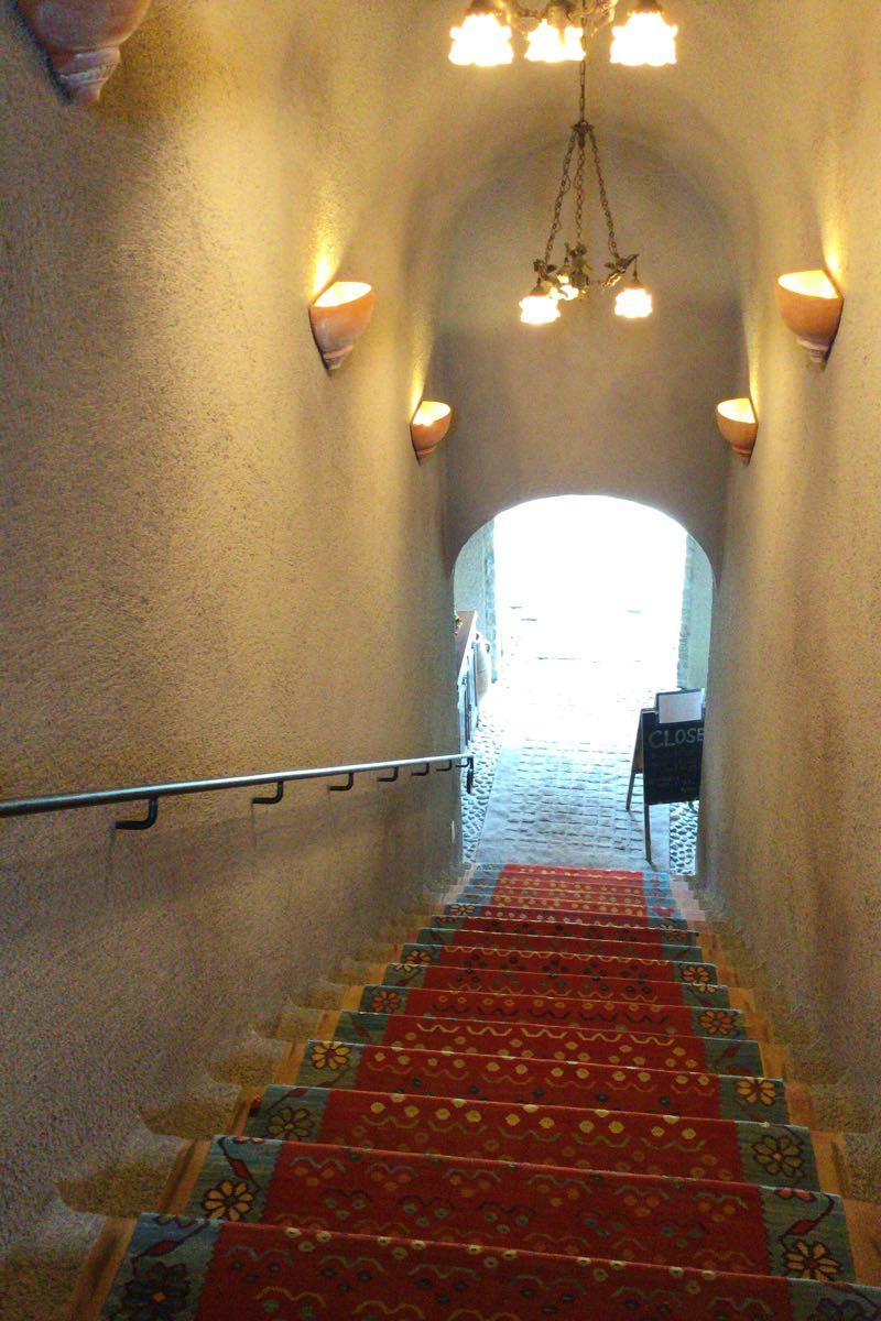 入り口から階段を見下ろしてみる