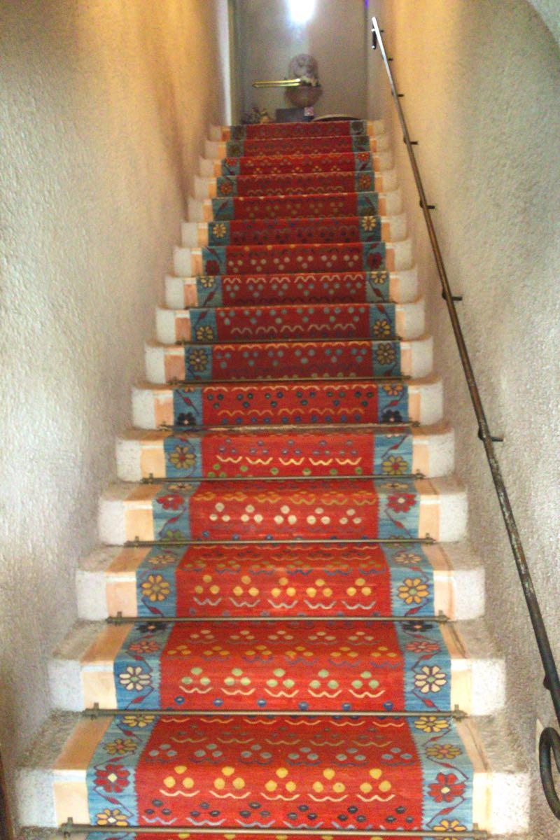 じゅうたんのかけられた階段