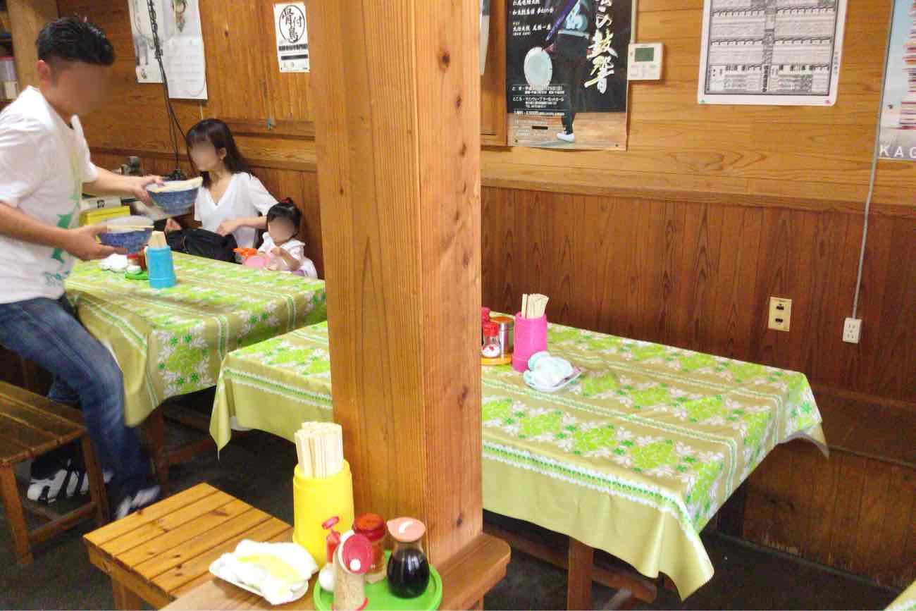 宮川製麺所のテーブル