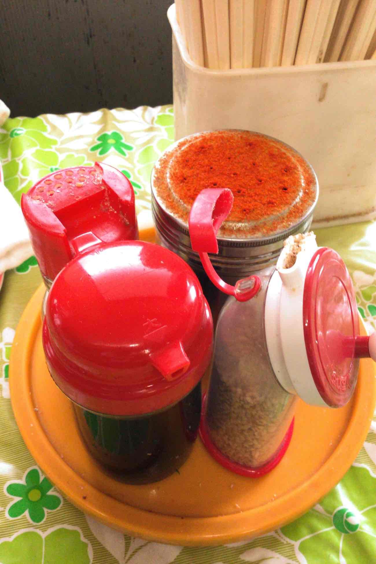 宮川製麺所のテーブルにある調味料