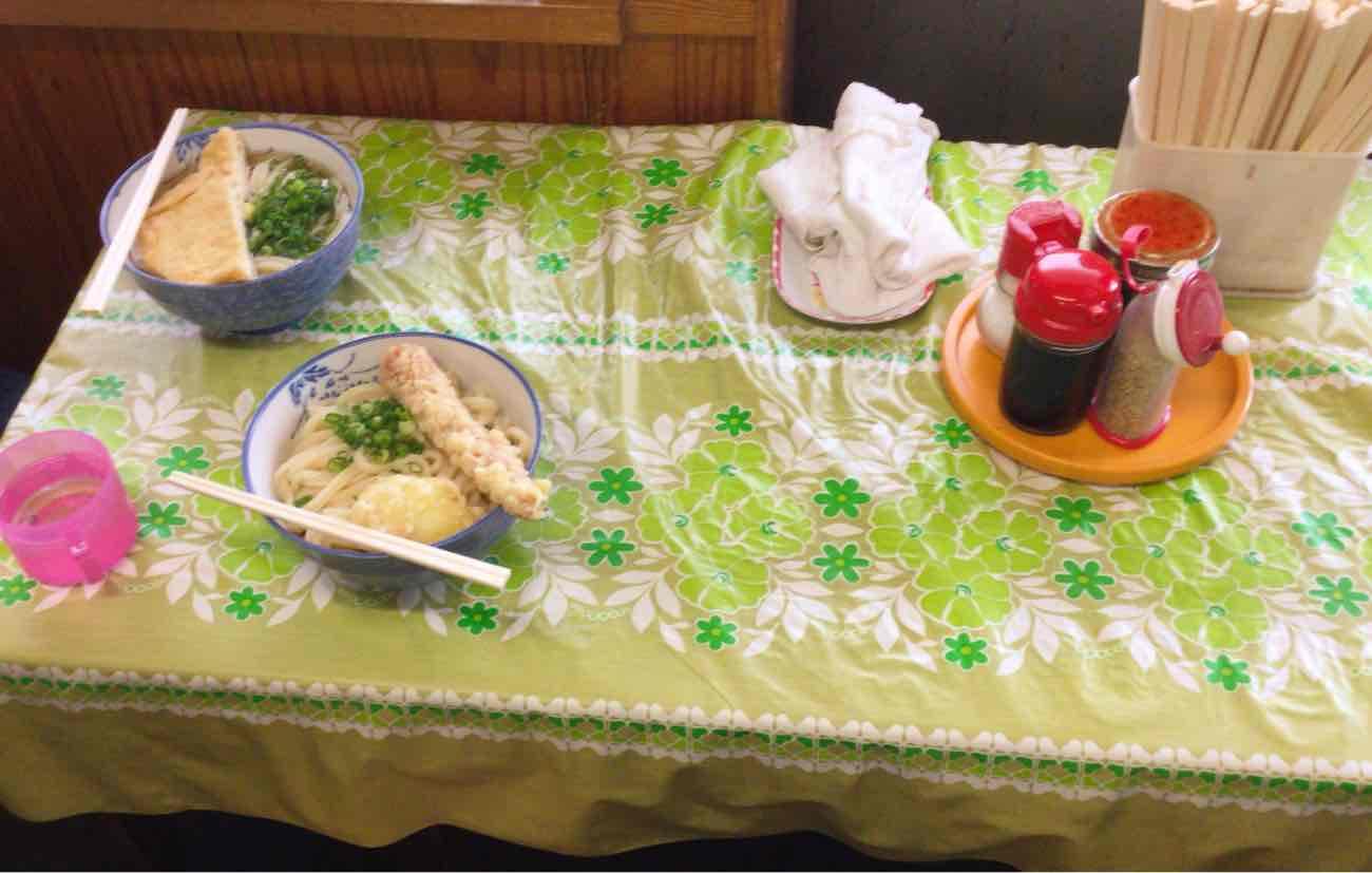 宮川製麺所のテーブル席
