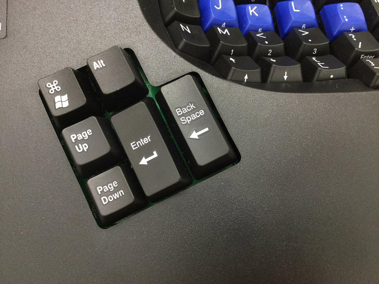 本来は小指で押すキーを親指で押す工夫