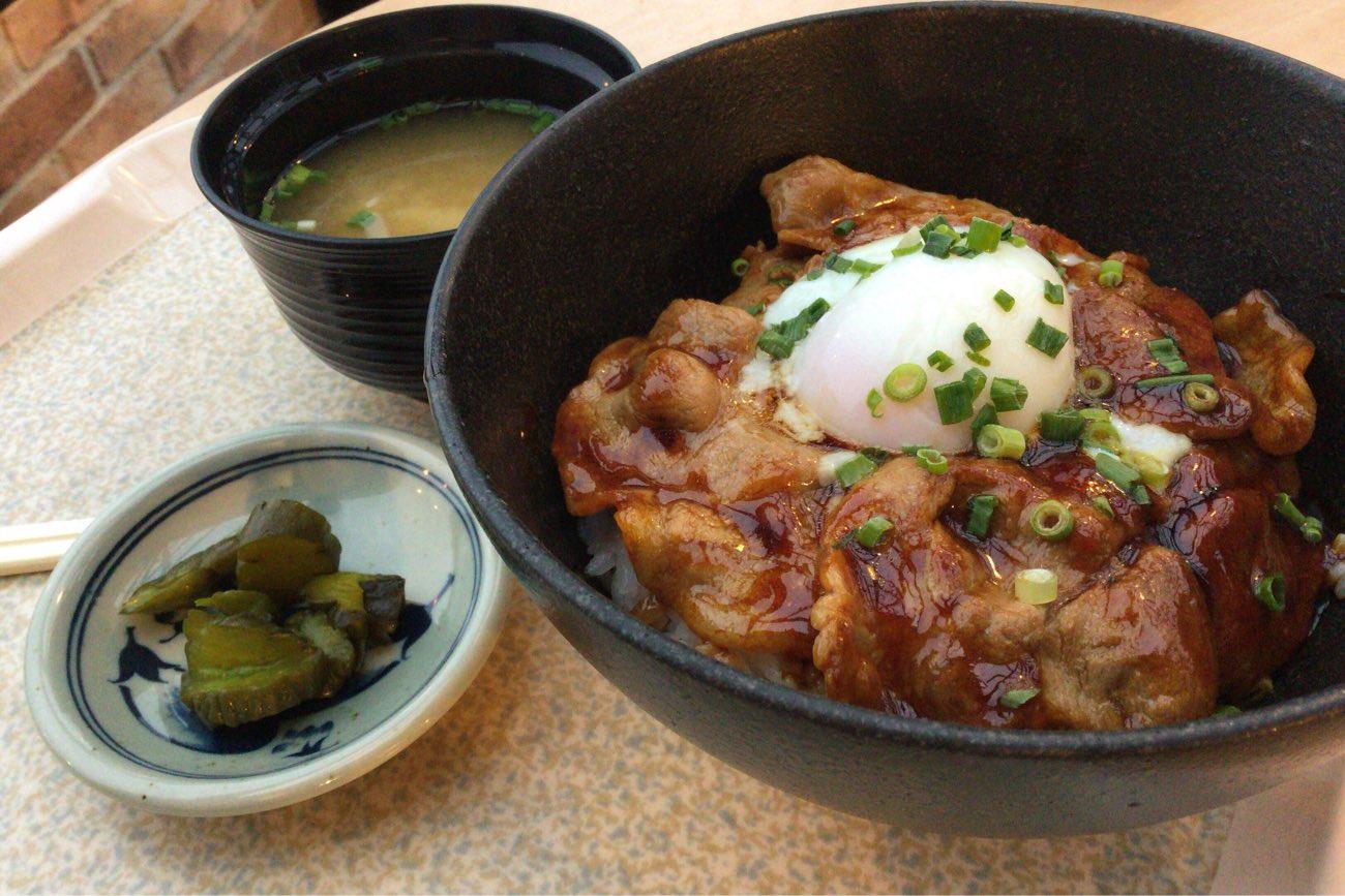 放牧豚たま丼を注文