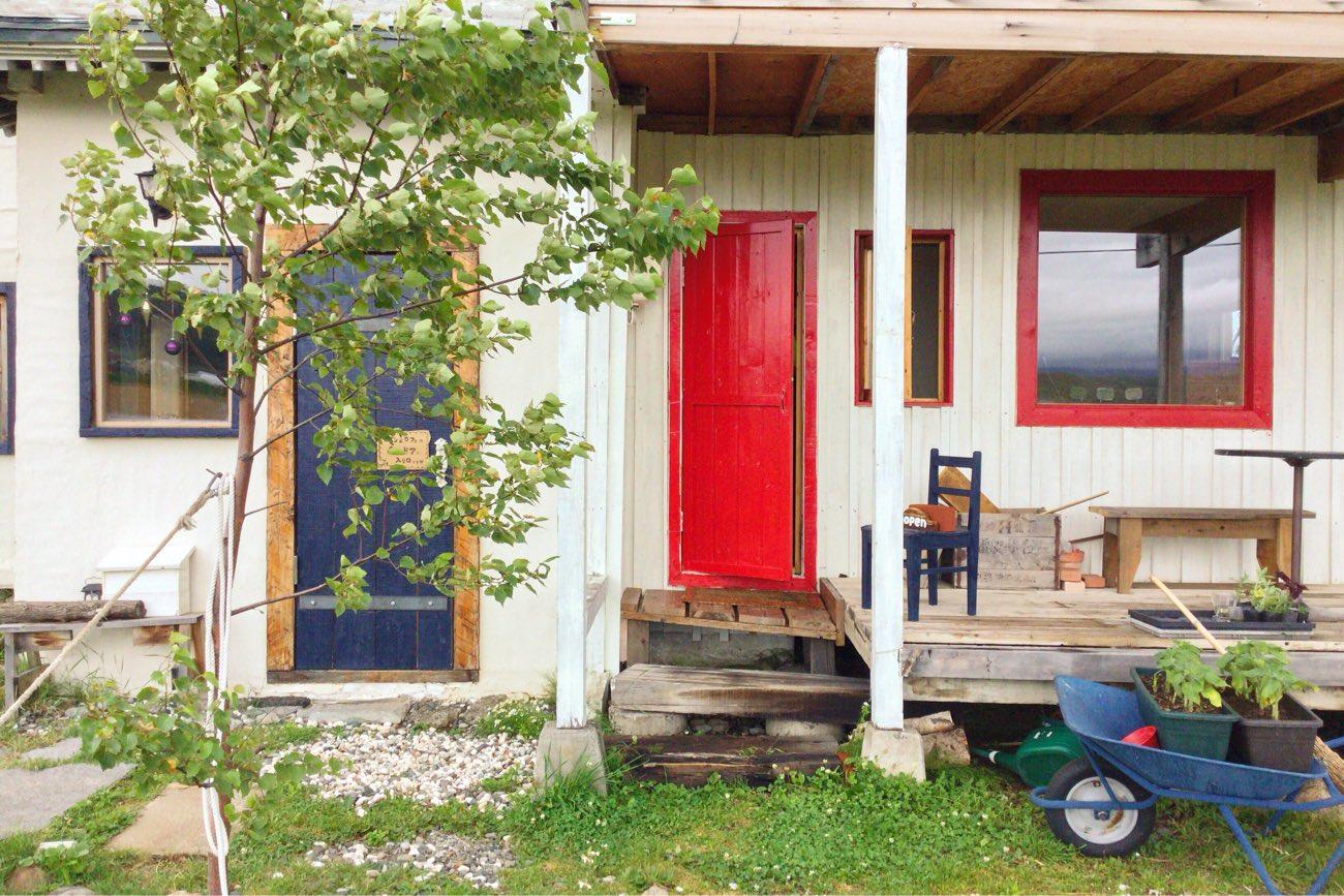 赤いドアがパン屋さんの入り口です