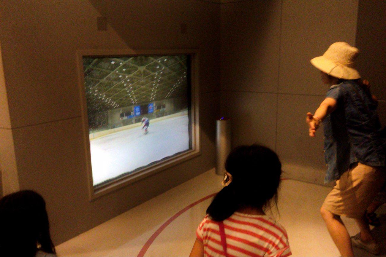 アイスホッケーのゴールキーパーを体感できるゲーム