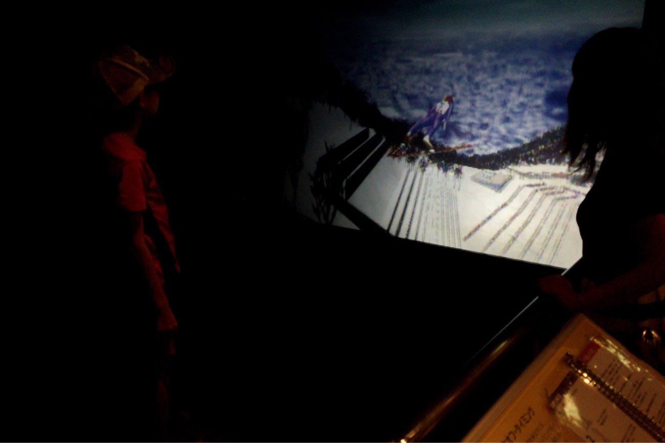 スキーのジャンプのタイミングを体験できるゲーム