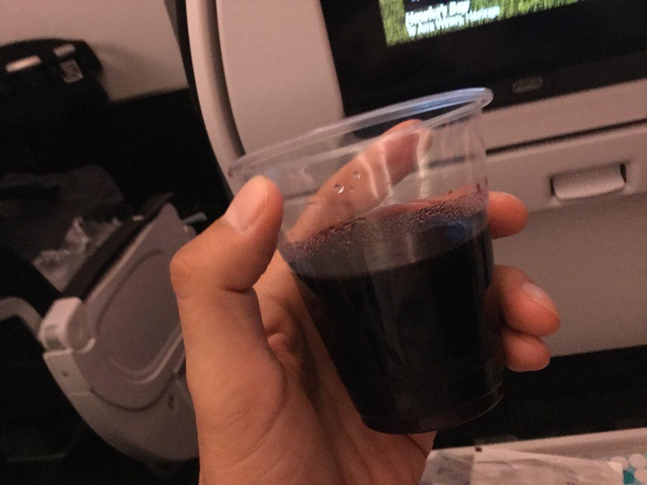 機内でワインを