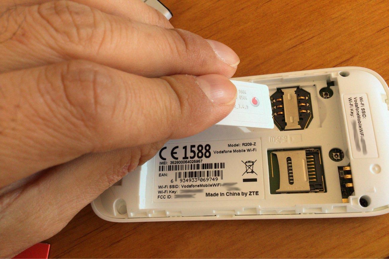 SIMカードはスライドして入れます