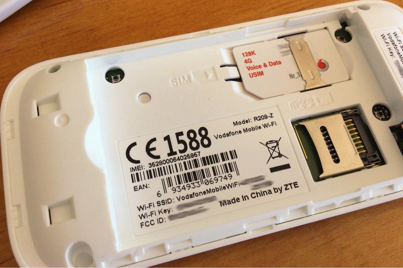バッテリーの下から顔を出したのがSIMです。