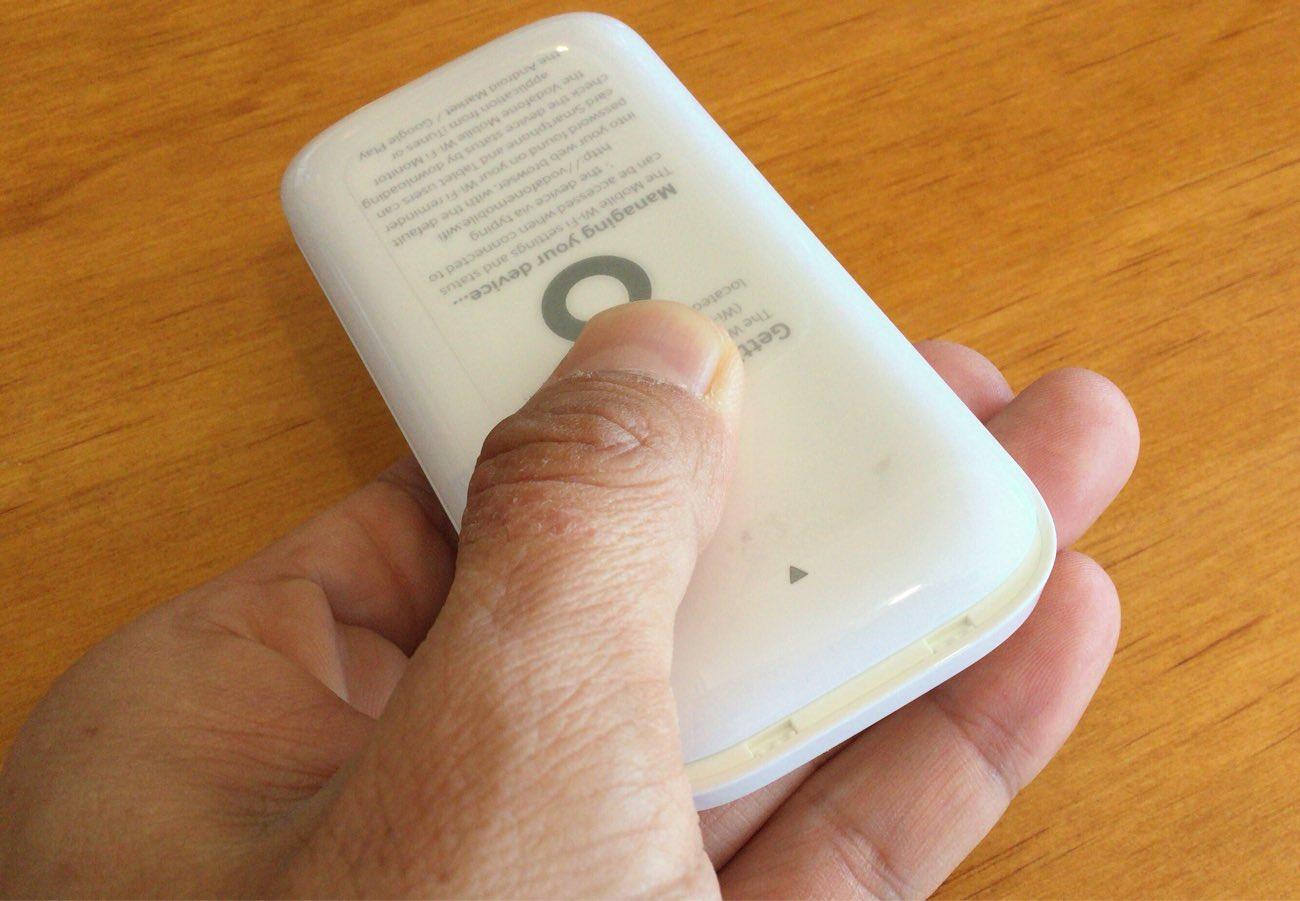 ポケットWi-Fiの裏面をスライド