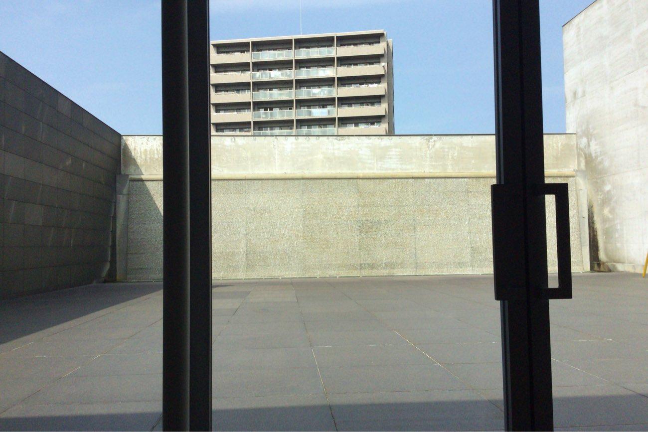テーブルからカスケードプラザという広場が見えます