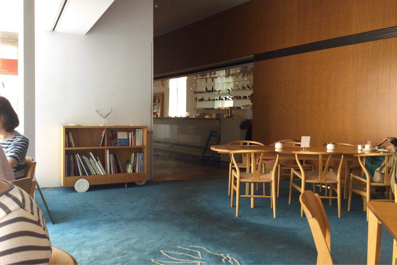 カフェ内にも猪熊弦一郎さんの絵が。