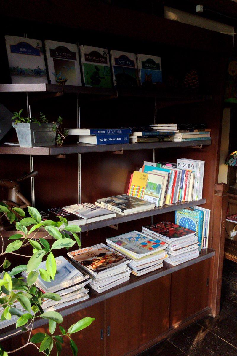 サリサリの店内の本棚