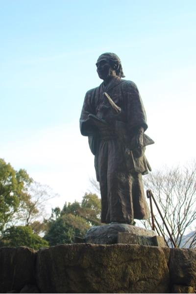 坂本龍馬の像がある