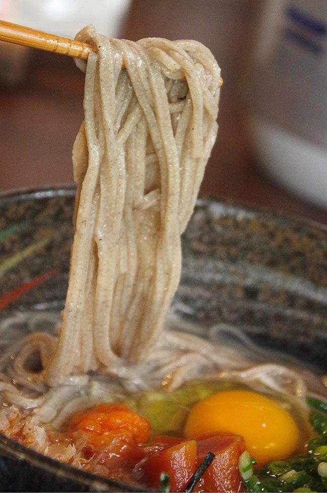 蕎麦の麺を持ち上げる