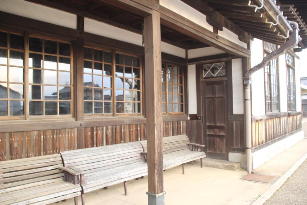 駅舎の外にあるベンチ