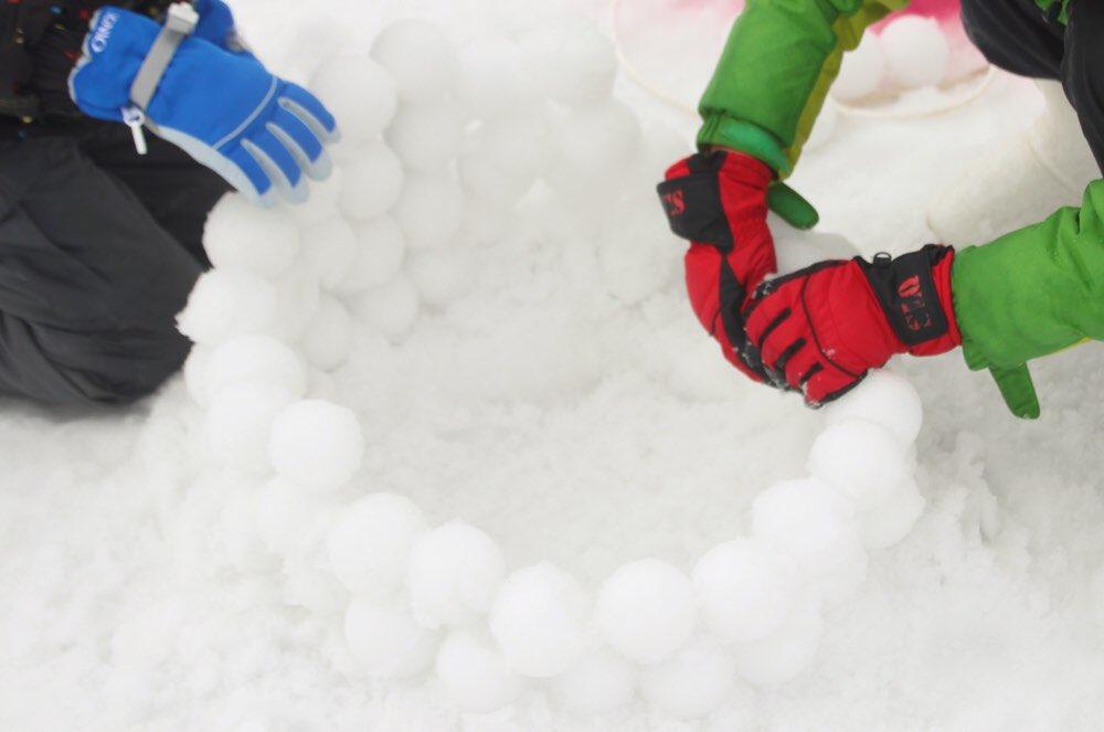 雪玉を作るのが楽しい