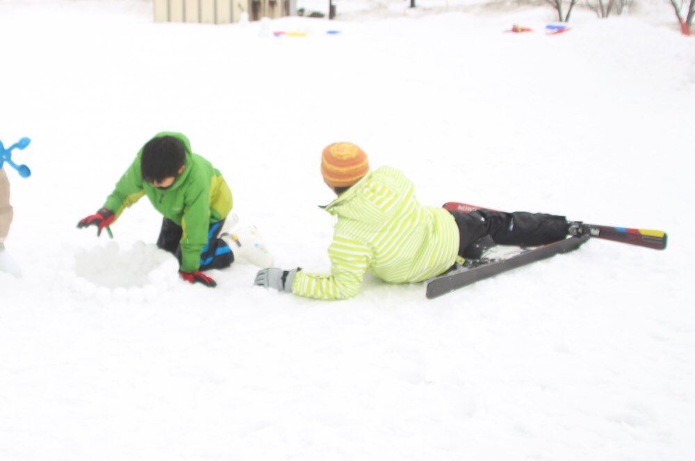 甥っ子は雪遊び