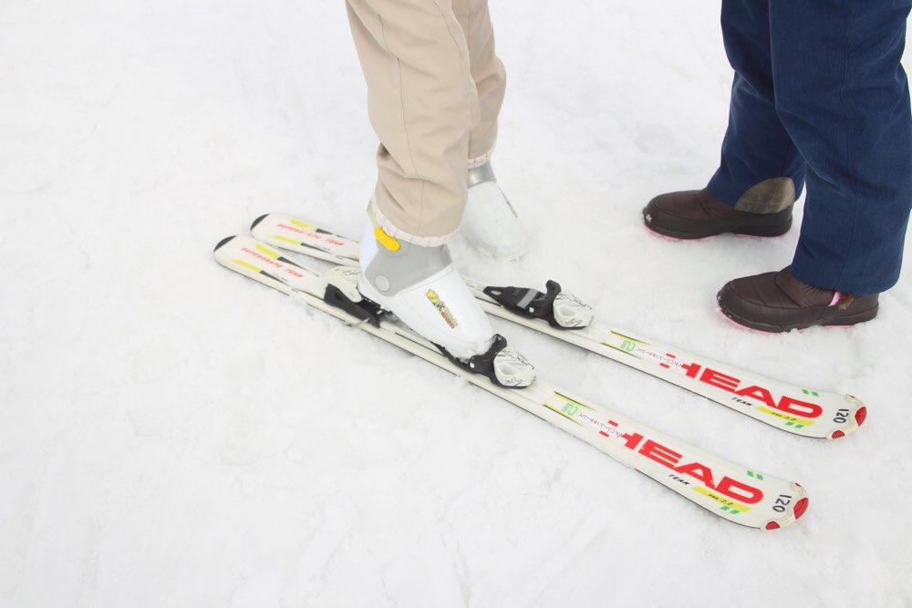スキー板の履き方も